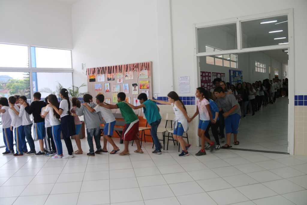 Estudantes participam de simulação de evacuação em caso de incêndio