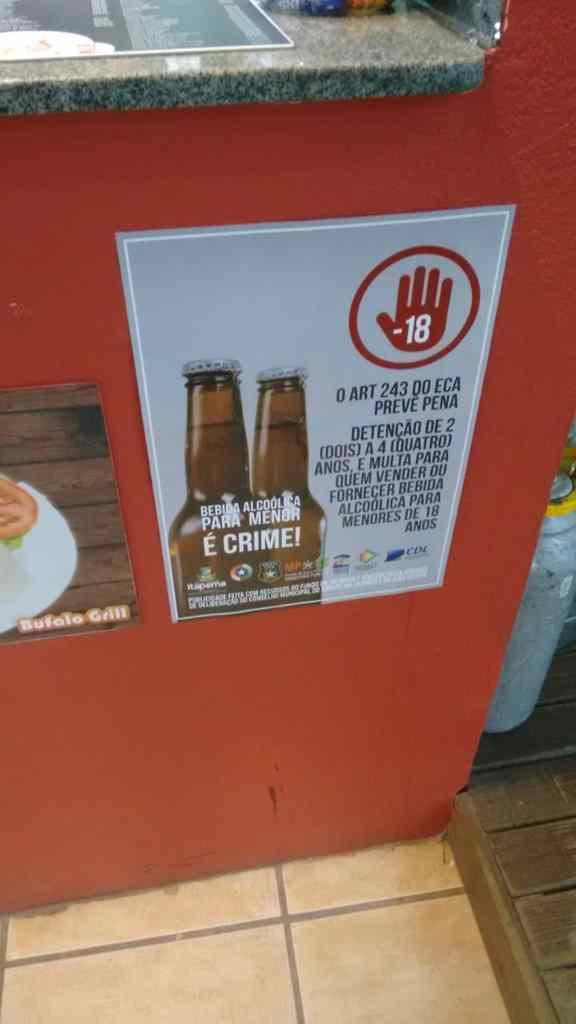 Comércios recebem cartazes para alertar sobre a proibição da venda de bebidas alcoólicas para menores de idade