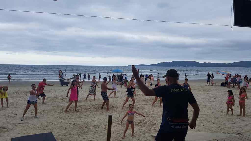 Orla da Praia Central e da Meia Praia tem aulas de ritmos e zumba gratuitas