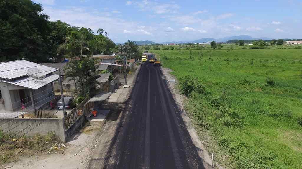 PORTO BELO – Porto Belo inicia colocação do asfalto no Alto Perequê