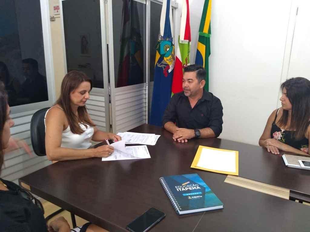 Prefeita Nilza Simas assina convênio com Estado para recurso do transporte escolar