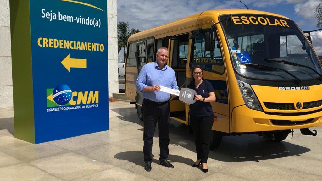 Itapema ganha novo ônibus para transporte escolar