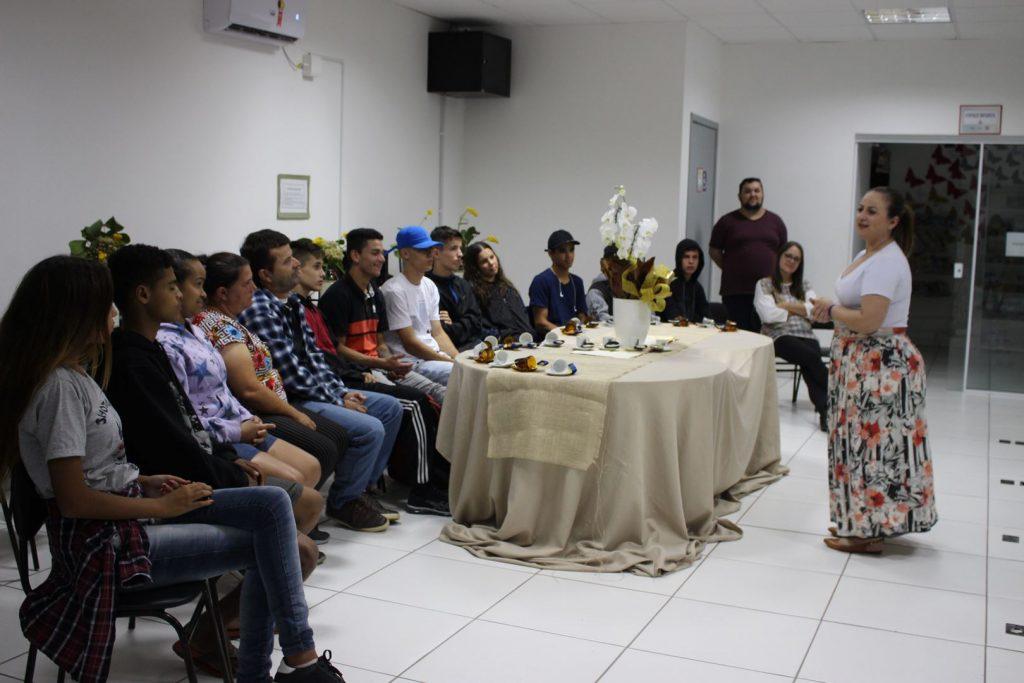 PORTO BELO – Alunos do EJA visitam Biblioteca Municipal em Porto Belo