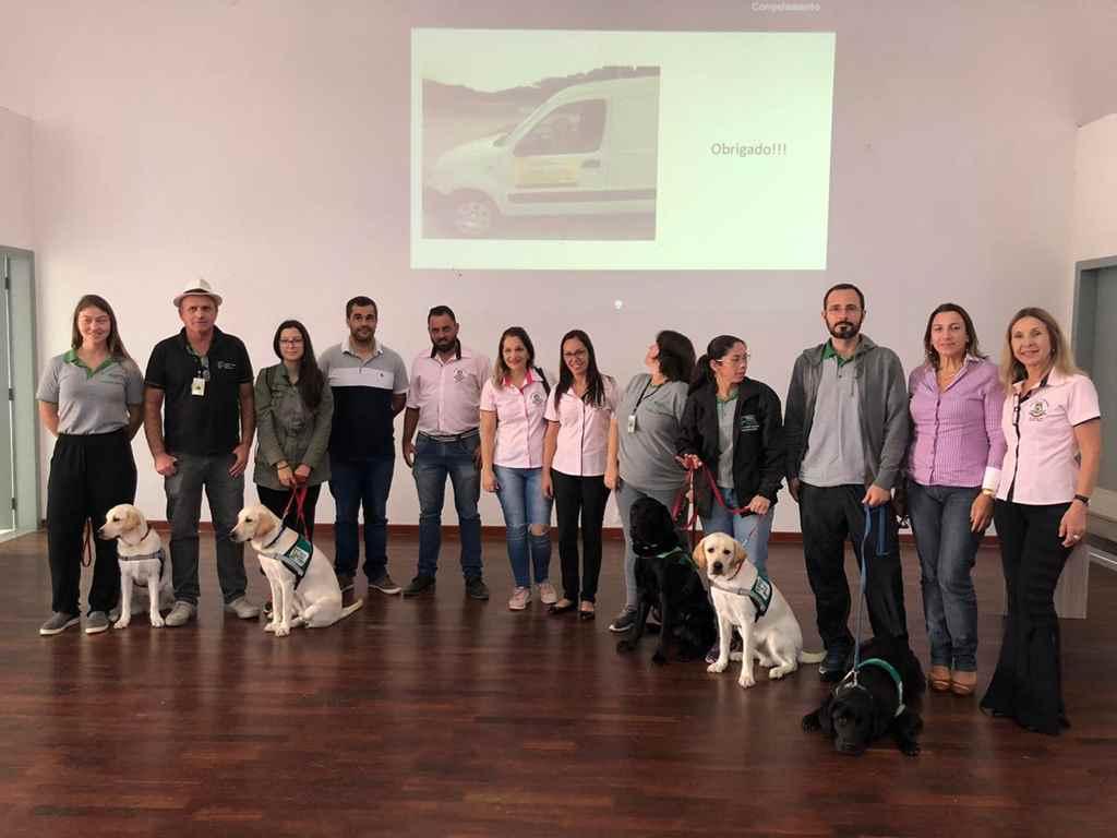 PORTO BELO - Alunos de Porto Belo participam de palestra sobre bullying e conhecem cães-guias