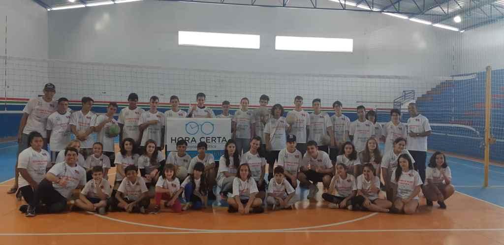 PORTO BELO - Alunos do voleibol recebem camisetas para uniforme em Porto Belo