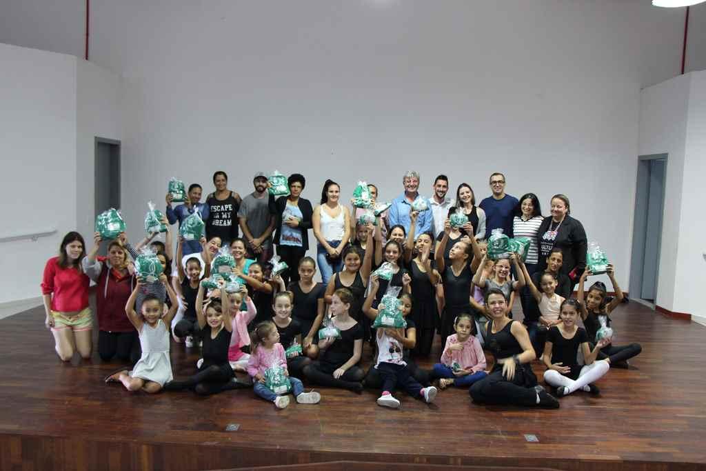 PORTO BELO - Bailarinas recebem doação de empresa em Porto Belo