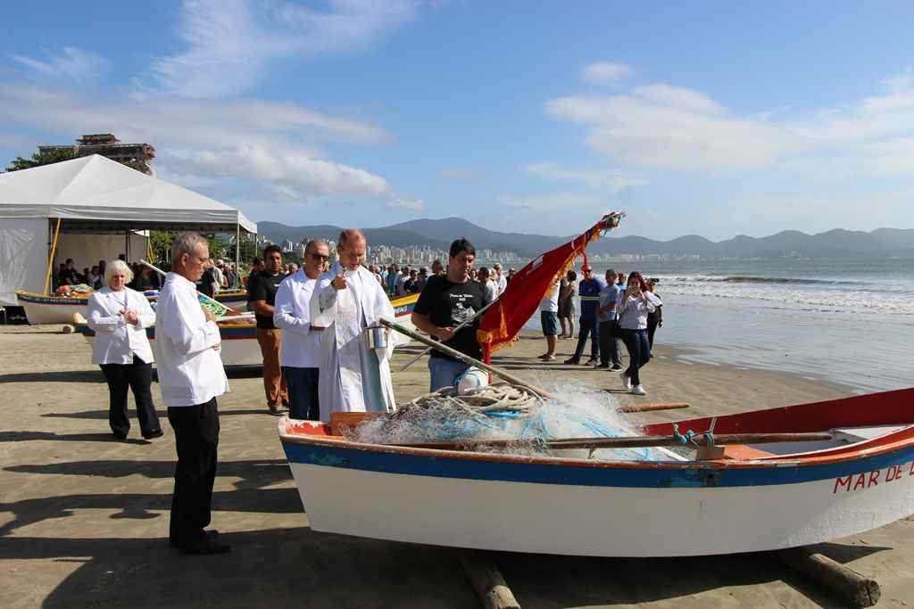 PORTO BELO – Fiéis pedem bênçãos aos pescadores em Porto Belo