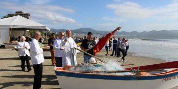 PORTO BELO - Fiéis pedem bênçãos aos pescadores em Porto Belo