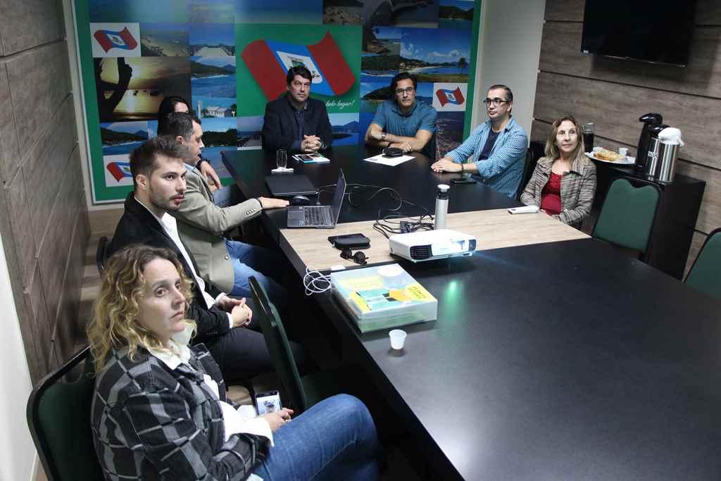 PORTO BELO - Luciano Szafir apresenta projeto educacional em Porto Belo