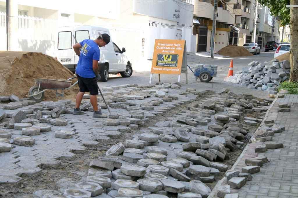 Iniciada obras de recuperação do calçamento da rua 228