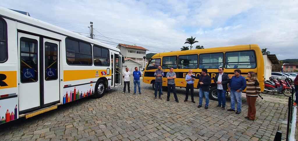Porto Belo recebe dois ônibus para transporte de alunos