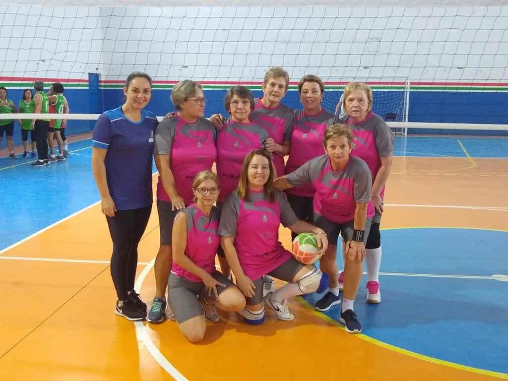 Voleibol da terceira idade participa de etapa estadual