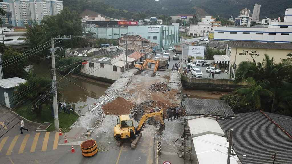 Iniciada demolição da antiga estrutura para a construção da nova ponte do bairro Centro
