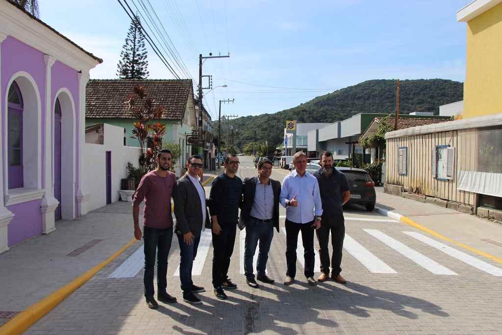 PORTO BELO - Dário Berger visita Porto Belo para entrega de pavimentação e ônibus