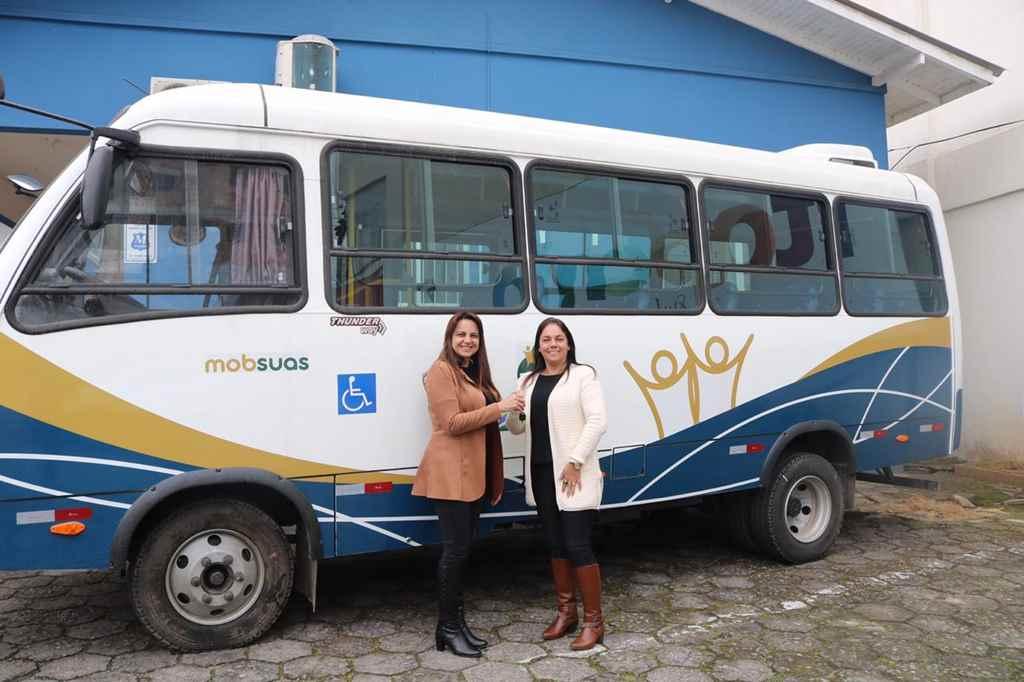 Prefeita Nilza Simas entrega micro-ônibus para Secretaria de Assistência Social