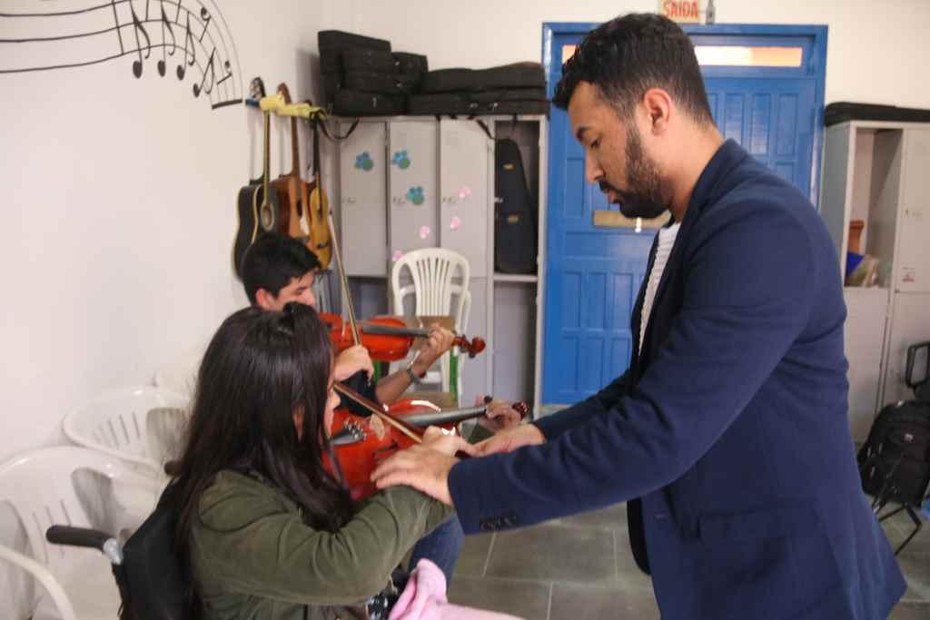 Projeto Arte por Toda Parte oferece aulas de violino em Itapema