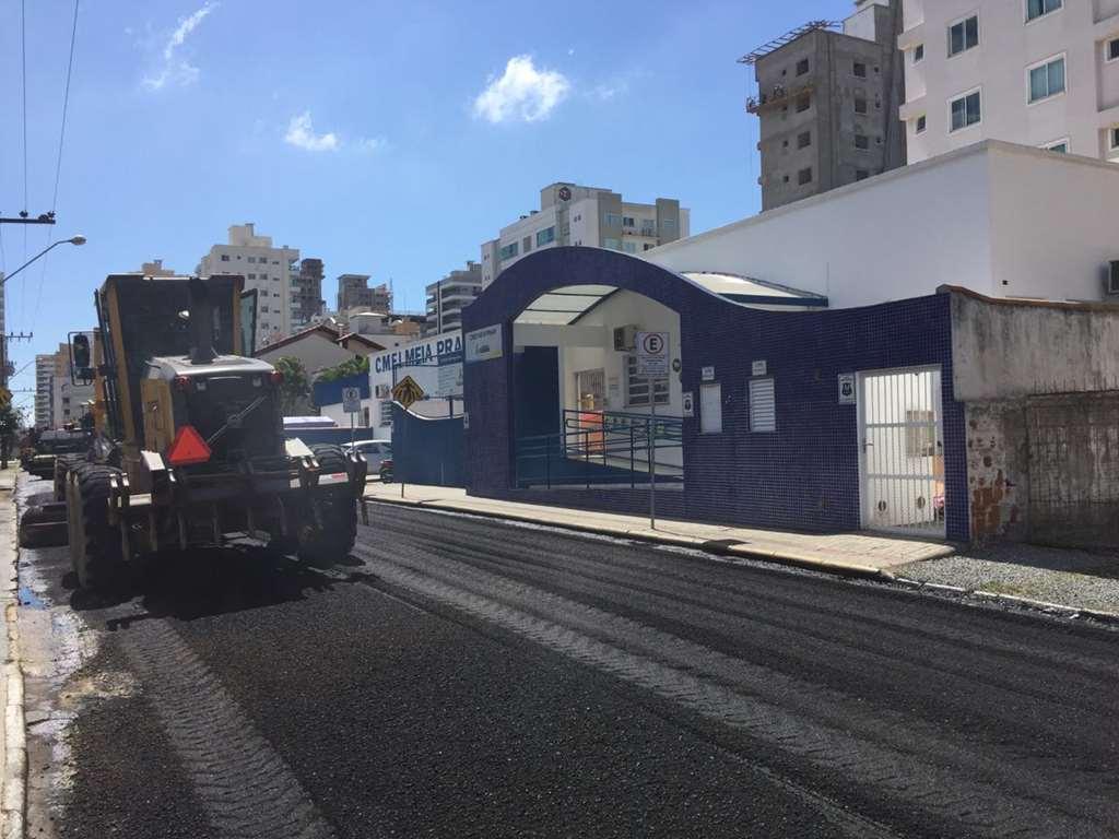 Bairro Meia Praia recebe obras de limpeza e pavimentação asfáltica