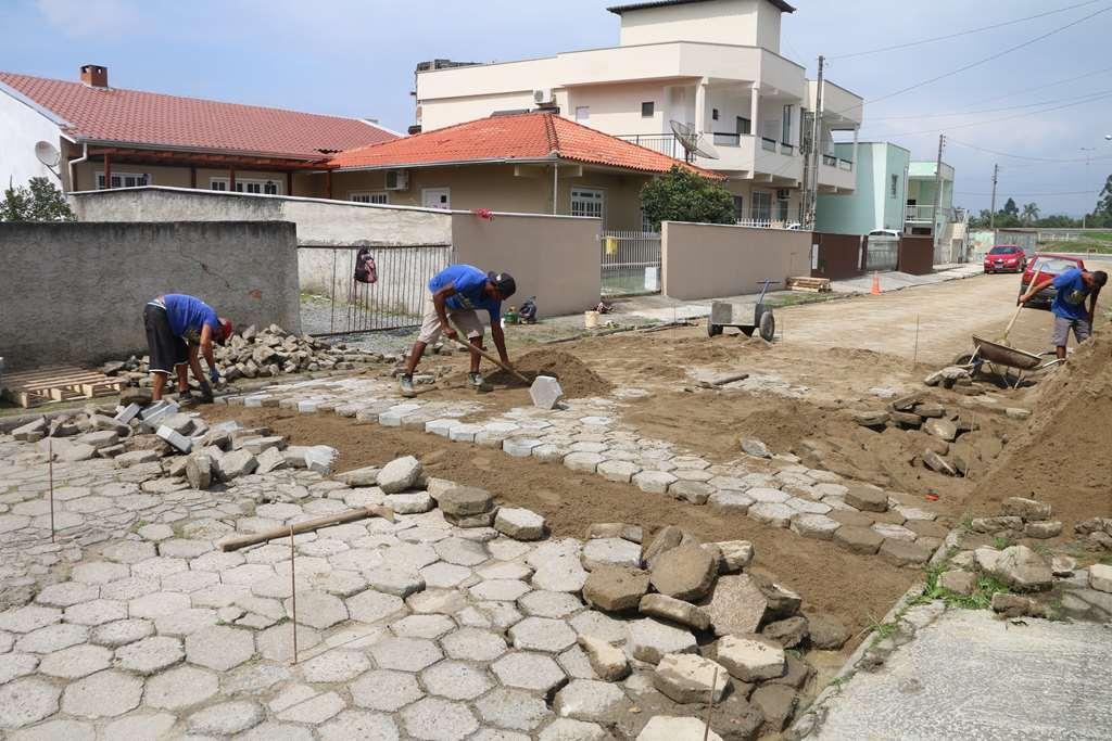 Seguem as manutenções das lajotas nos Bairros Meia Praia e Jardim Praiamar