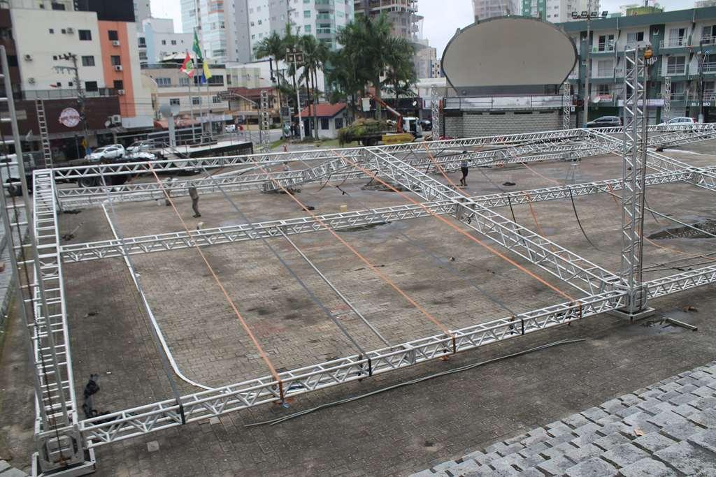 Inicia a montagem da estrutura para Festa Germânica que acontecerá no feriado