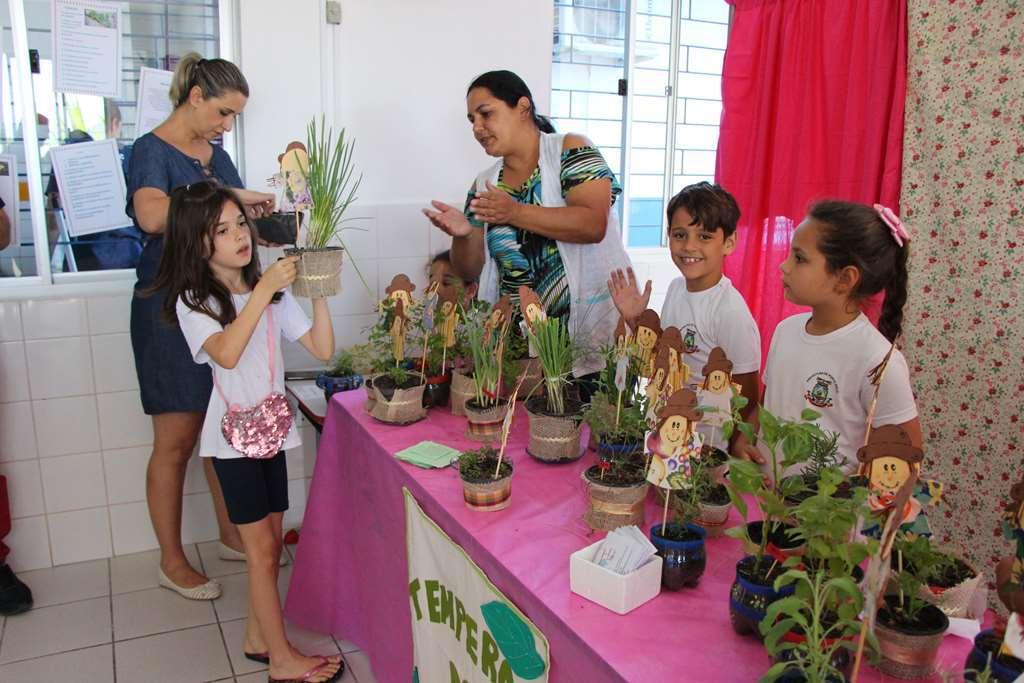 PORTO BELO - Alunos de Porto Belo promovem Feira Empreendedora do JEPP
