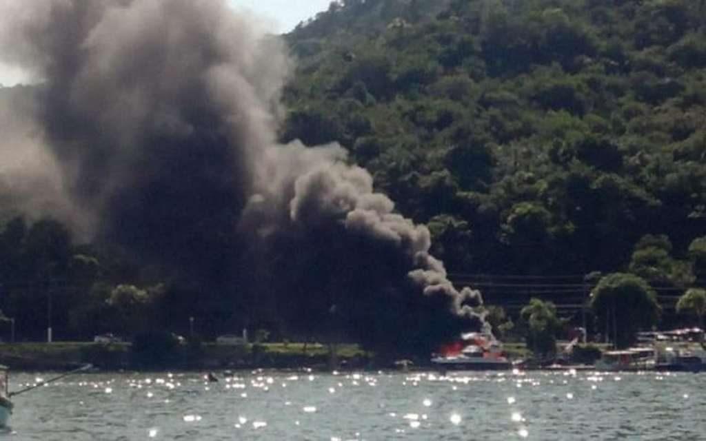 Vídeo: Lancha pega fogo em Porto Belo nesta segunda-feira