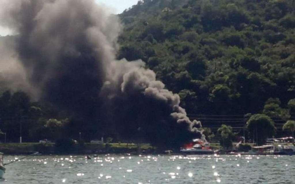 Lancha incendiada em Porto Belo (foto: Reprodução)