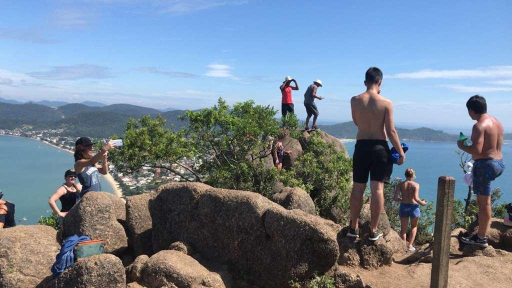 BOMBINHAS - Voluntários iniciam atividades no Morro do Macaco