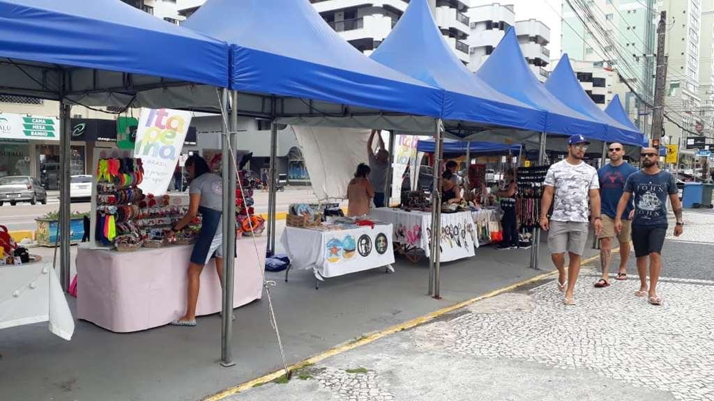Feira de Artesanato da Meia Praia segue com atendimento diário