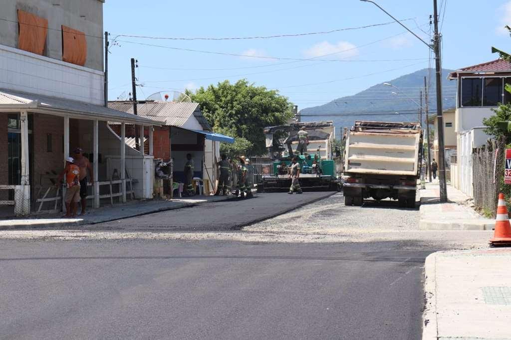 Rua 436C ganha pavimentação asfáltica no Bairro Morretes