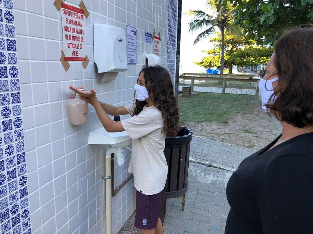 Equipamentos para higienização das mãos são instalados na orla da Meia Praia