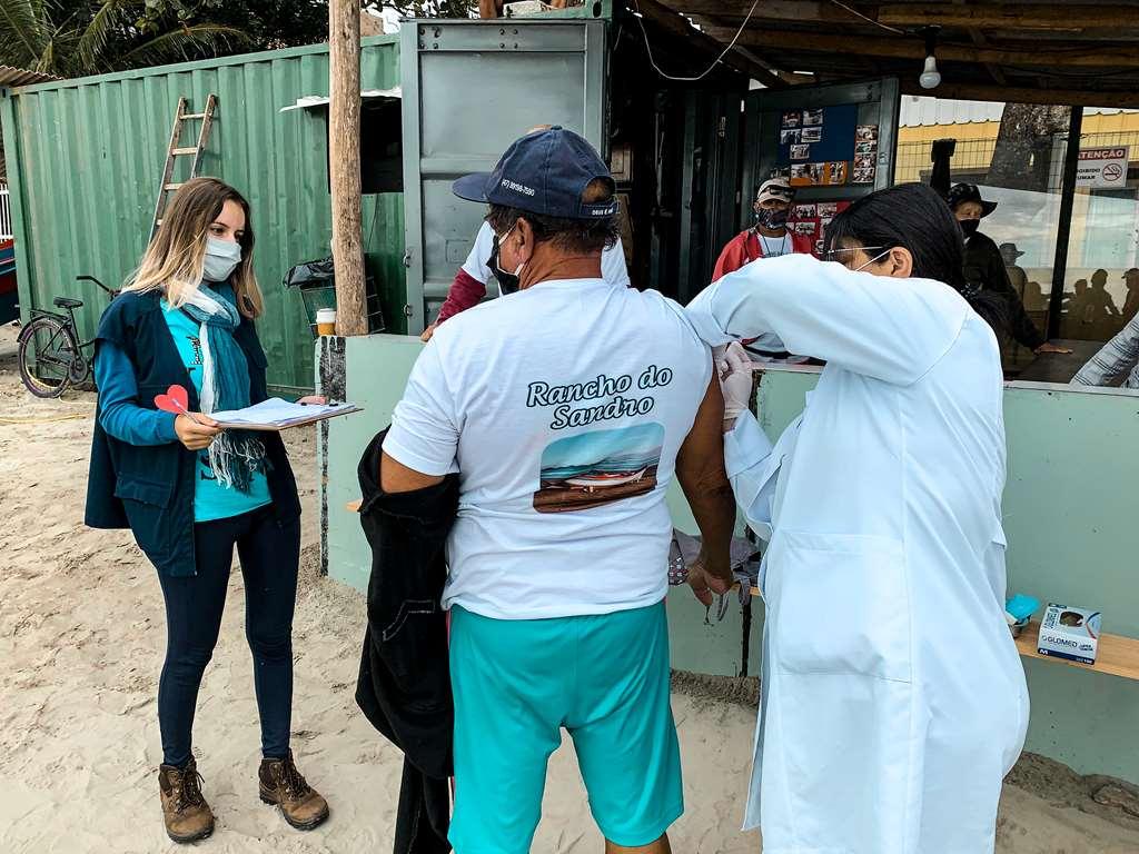 PORTO BELO - Porto Belo vacina pescadores artesanais contra a gripe
