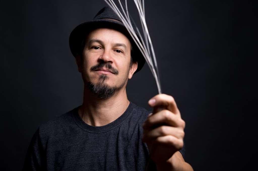 O multi instrumentista pernambucano Siba faz live nesta segunda-feira (25) — Foto: Divulgação