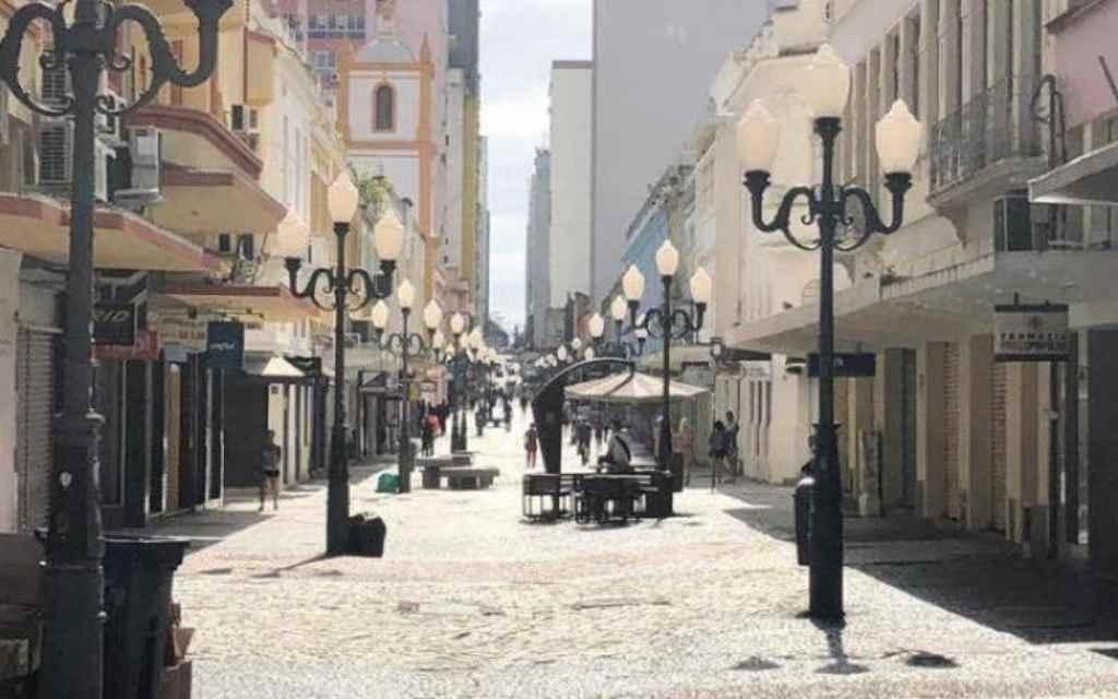 Imagem do Centro de Florianópolis em dia de maior distanciamento social (Foto: Diorgenes Pandini / NSC)