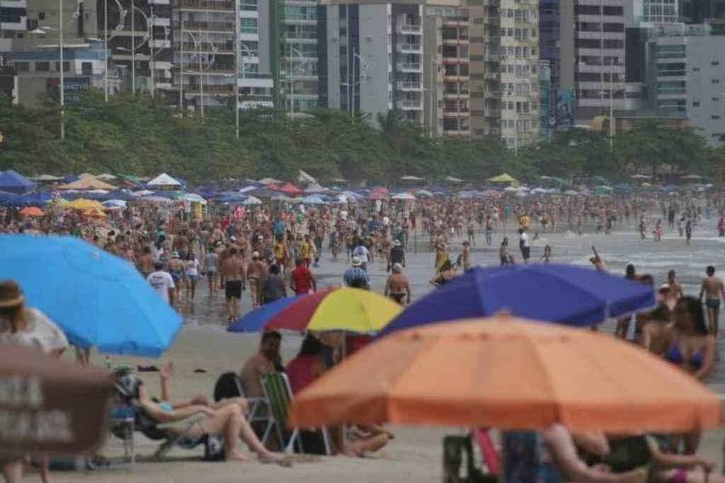 Praias de SC ficaram lotadas no feriado de Réveillon(Foto: Luis Souza / NSC TV)