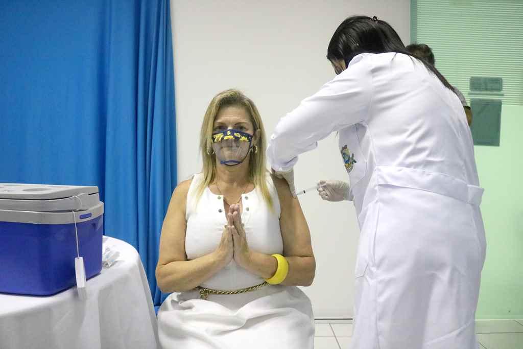 Primeira dose da vacina contra o coronavírus é aplicada em Itapema