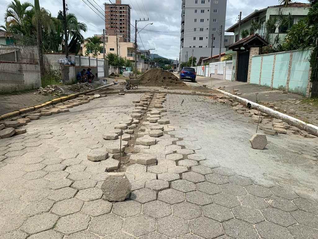 Ruas seguem recebendo manutenção no calçamento