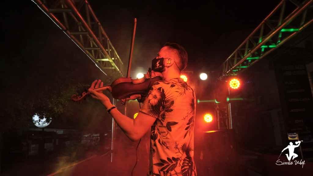 Show na Rua com Simão Wolf emociona moradores e turistas em Itapema