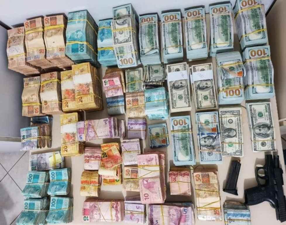 Um parente do homem assassinado estava saindo da casa dele com uma mala cheia de euros, dólares e reais(Foto: Polícia Civil/ Divulgação)
