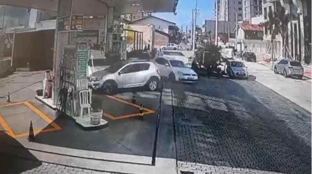 Vítima dirigia Sandero cinza, perseguido por Jetta de cor branca(Foto: Reprodução/Câmeras monitoramento)