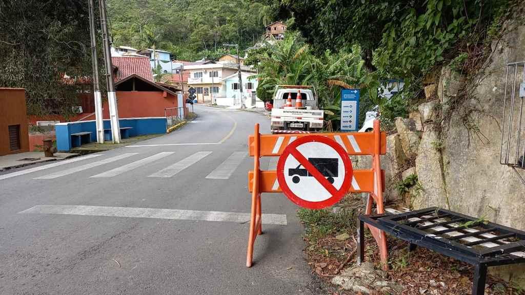 PORTO BELO - Problemas estruturais em ponte limita entrada de caminhões no bairro Araçá