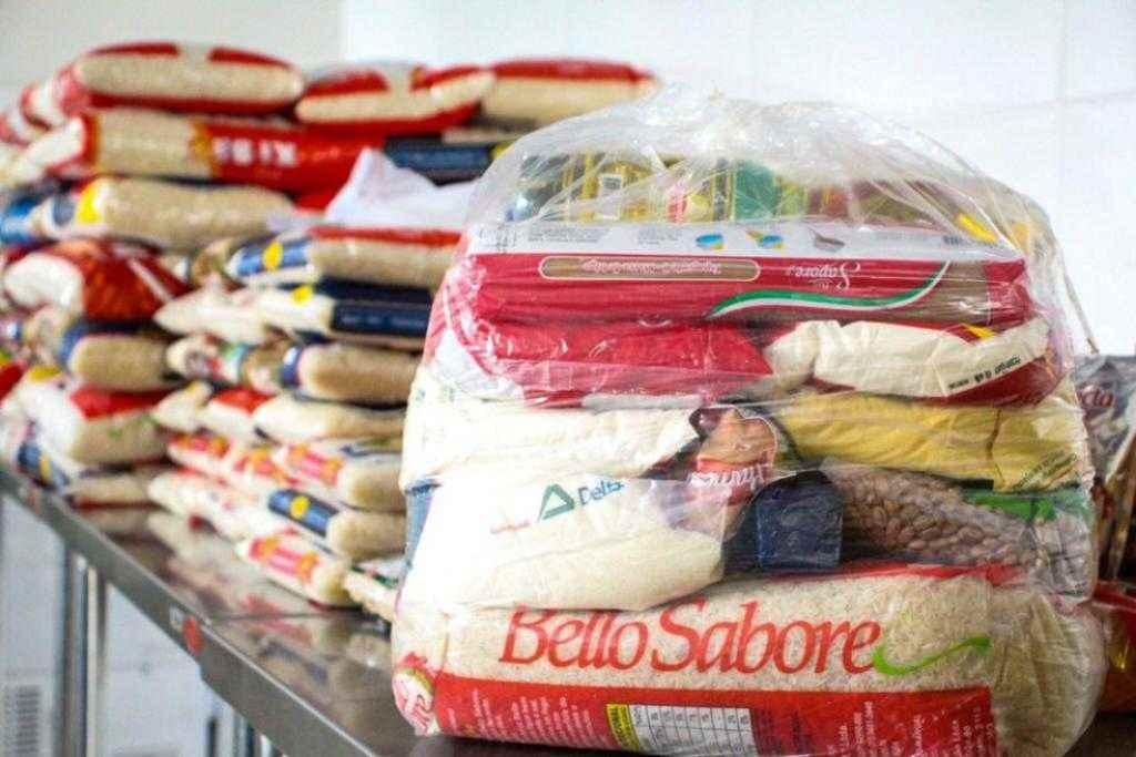 PORTO BELO - Porto Belo distribui cestas básicas com alimentos arrecadados em Drive-Thru solidário contra o coronavírus