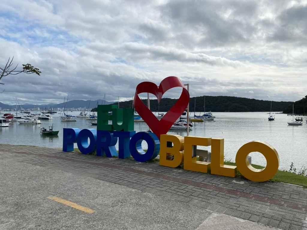 PORTO BELO - Letreiro da Enseada Encantada é retirado para reforma
