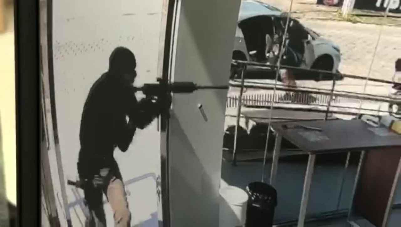 Assaltantes estavam fortemente armados – Foto: Reprodução/ND