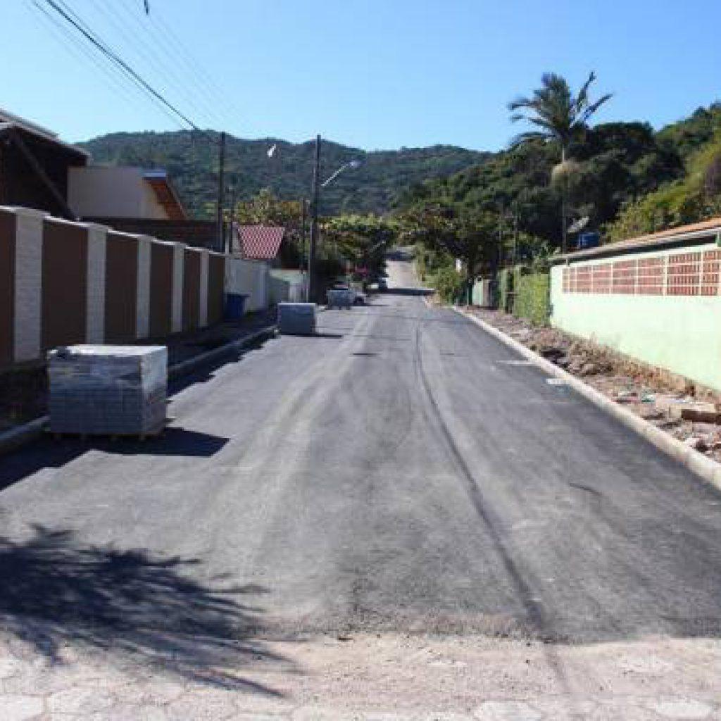 PORTO BELO – Pavimentação de via é finalizada em Porto Belo