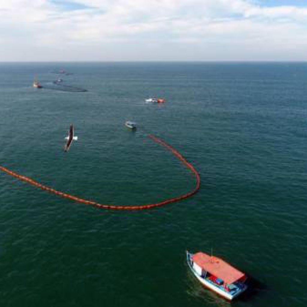 BOMBINHAS – Treinamento da Petrobras simula desastre ambiental